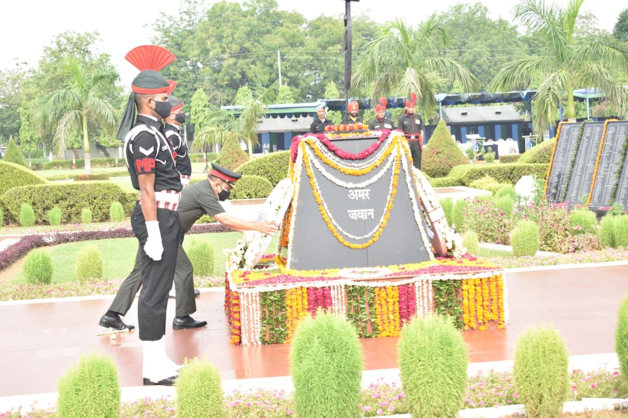 विजय दिवस पर मेजर जनरल  पतांजलि राहुल वी.एस., एन, चीफ़ ऑफ स्टाफ़ ने श्रद्धांजलि दी